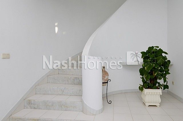 entrance_hallway_and_stairs_(1).JPG