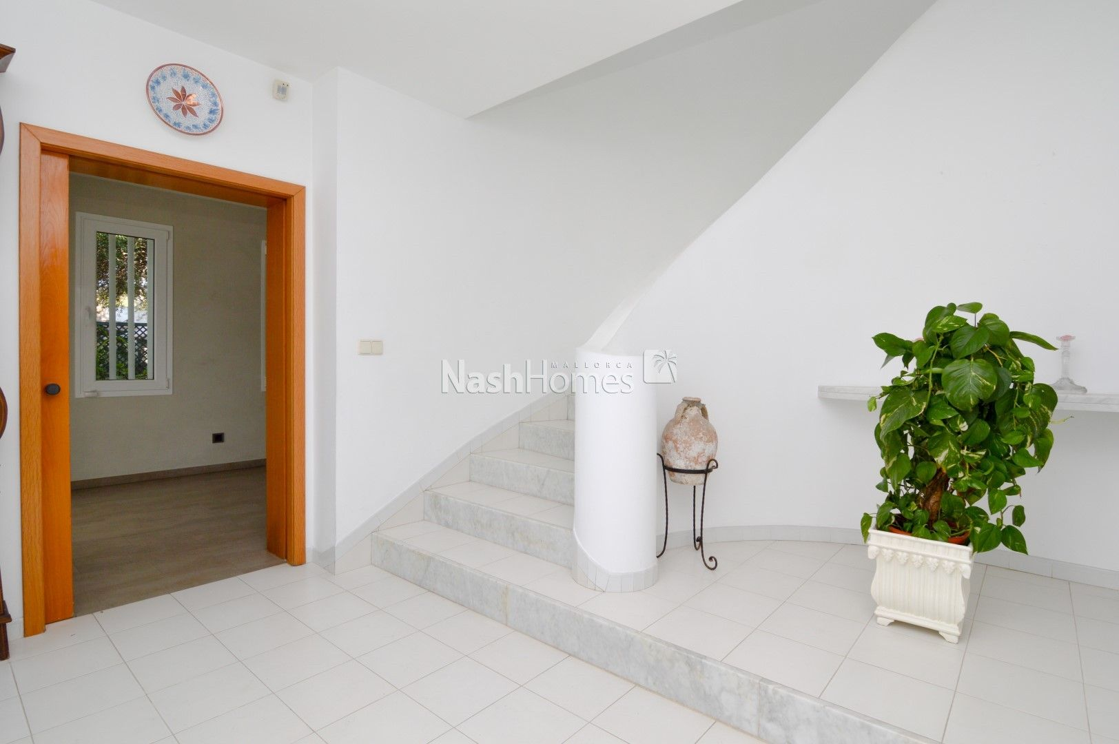 entrance_hallway_and_stairs_(3).JPG