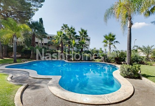 pool_and_exterior_(2).jpg