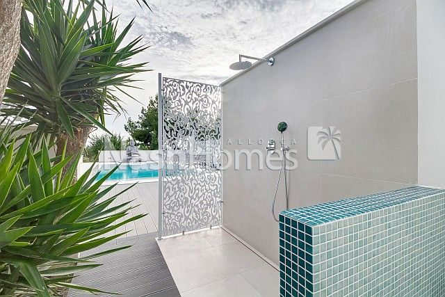 exterior_pool,_shower.jpg