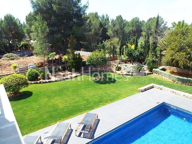 view_to_garden_and_pool_(x).jpg